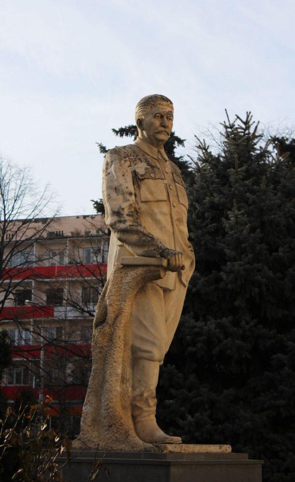 Во дворе музея установлен еще один памятник Сталину - грустный и потрепанный.