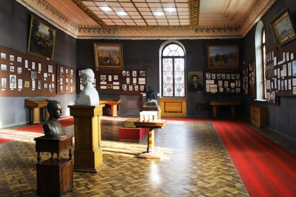 В первом зале рассказывается о детстве и юности Иосифа Виссарионовича, начале его революционной деятельности.