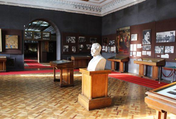 Второй зал музея, посвященный довоенному периоду правления вождя.
